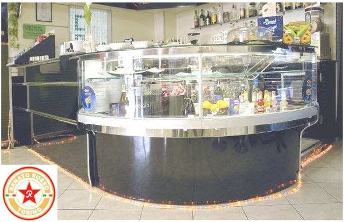 una bella vetrina con banco bar