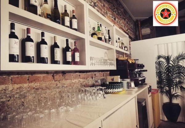 retro banco per esposizione bottiglie bar